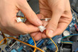Hände eines Elektrotechnikers im Einsatz