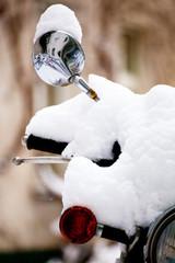 eingeschneites Motorrad