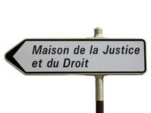 Panneau directionnel 'Maison de la Justicia et du Droit'