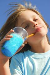 Enfant buvant une boisson à la chlorophylle