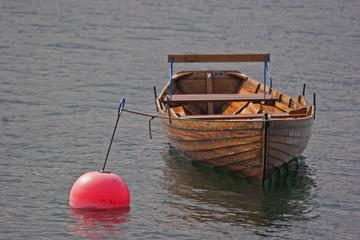 Ruderboot mit Boje