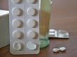 Tabletten mit einem Glas Wasser