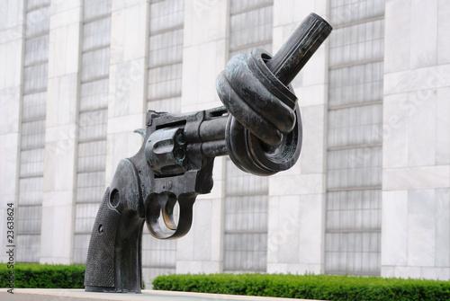 Papiers peints Statue Knotted Gun