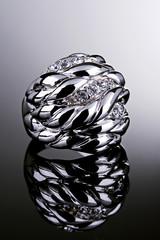 Anel de prata com diamantes.