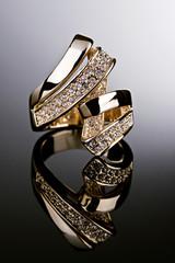 Anel de ouro com diamantes.