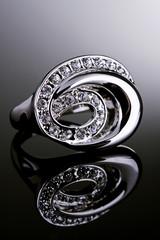 Anel de prata com cristais.