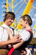Paar in Tracht flirtet vor Riesenrad