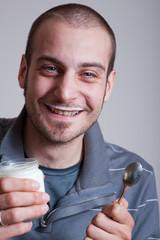 ragazzo felice mangia yogurt