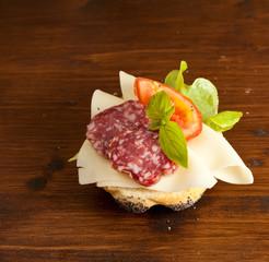 Panino al salame e formaggio