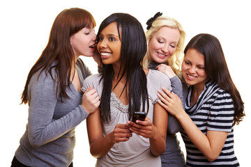Vier Frauen mit Handy unterhalten sich