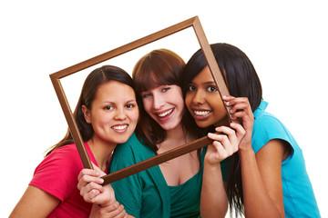 Junge Frauen im Rahmen