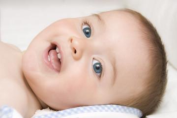 Bebé con sus primeros dientes.