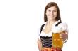 Glückliche bayerische Frau im Dirndl hält Oktoberfest Masskrug
