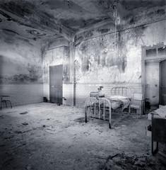 Habitación de hospital en ruinas