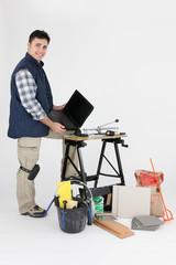 Carreleur devant ordinateur portable