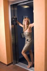 Frau im Lift