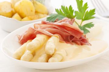 Spargel mit Kartoffel und Schinken