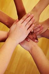 Gemeinsam Hände stapeln