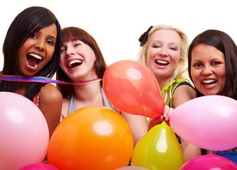 Vier lachende Frauen feiern