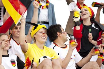 Deutsche Fussball Fans jubeln im Stadion für Weltmeisterschaft