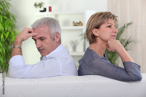 Couple de seniors assis dos à dos