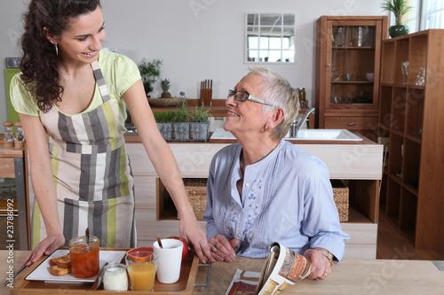 Aide à domicile avec personne âgée - 23786092