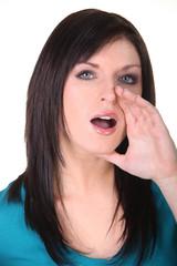 Jeune femme ouvrant la bouche pour appeler