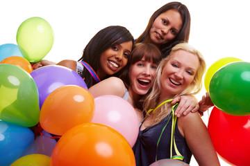 Vier Frauen feiern zusammen Silvester