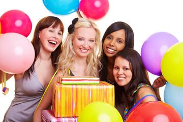 Feiernde junge Frauen mit Ballons