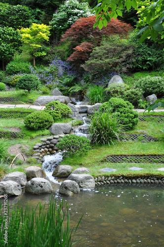 Ruisseau artificiel dans un jardin japonais
