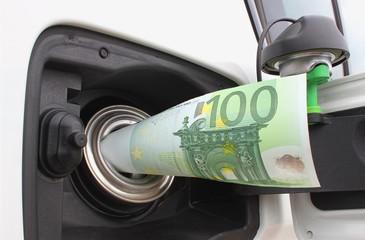 Euroschein in Tank