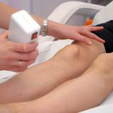 depilando piernas cera fria poster