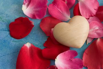 Herz und Rosenblätter