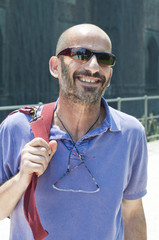 ritratto di uomo con occhiali da sole che sorride