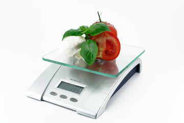 waage mit tomate basilikum pilz