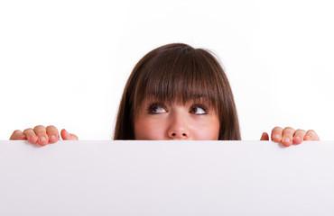 Mädchen schaut über Werbetafel
