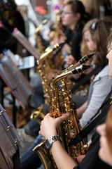 Viele Saxophonspieler im orchester