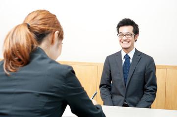 面接を受けるスーツ姿の男性