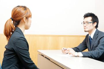 面接を受ける女性と男性の面接官