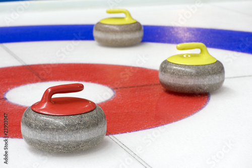 Aluminium Wintersporten Group of curling rocks on ice