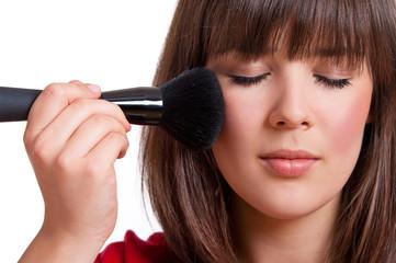 Frau mit geschlossenen Augen beim schminken
