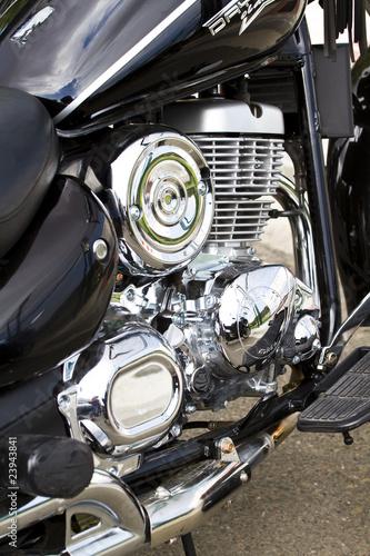 chromowany-silnik-motoru-na-ulicy