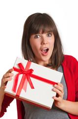 Frau hält Geschenk in den Händen