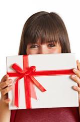verliebte Frau mit Geschenk