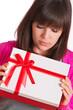 enttäuschte Frau mit Geschenk in den Händen