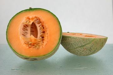 Firsche Zuckermelone halbiert