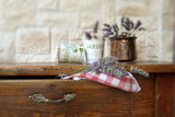 Fototapety vasi di fiori su tavolo di legno