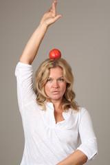 Porträt mit rotem Apfel