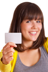 lachende Frau zeigt Visitenkarte