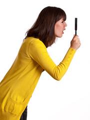 Frau untersucht mit Lupe
